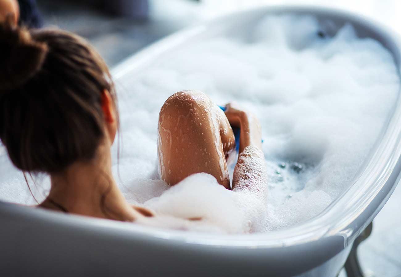 Estrid kvinna i badkaret